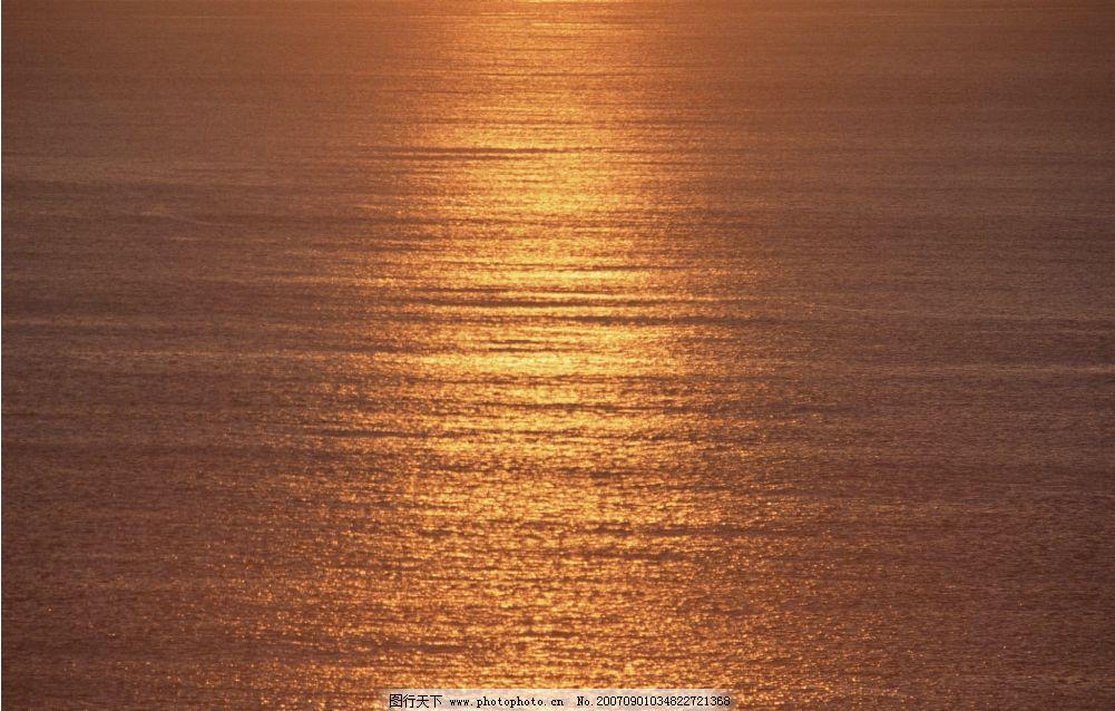 夕阳下大海图片