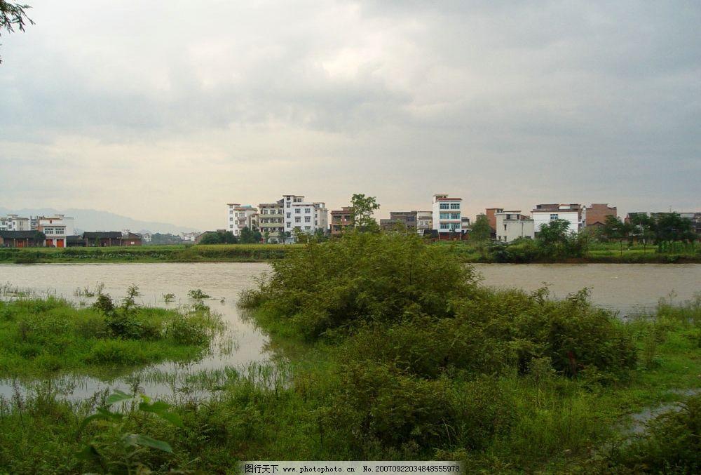 河流村庄 小草地 自然景观